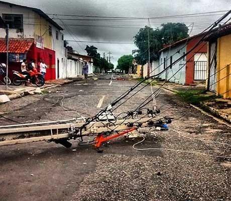 Caminhão derruba três postes e bairro do Mafuá fica sem energia