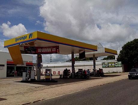 Dupla assalta posto de gasolina, leva R$ 15 mil e tenta matar frentista