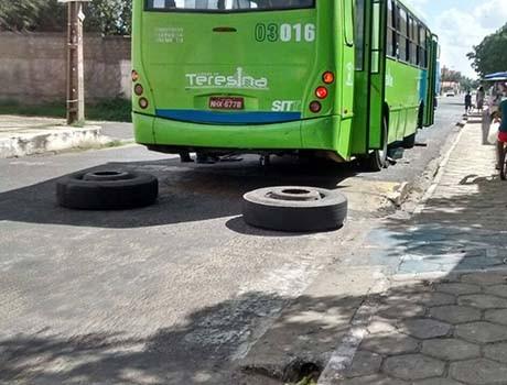 Dois pneus de um ônibus sacam e assustam passageiros na Zona Sudeste