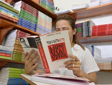 """""""Quero levar sonhos ao presídio"""" diz presa que tem projeto de leitura"""