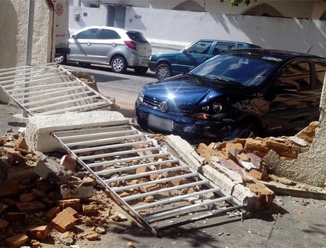 Após batida, carro perde controle e derruba muro de lanchonete